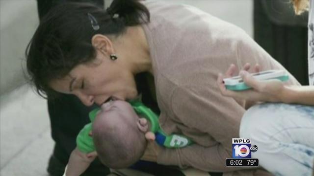 Al-Diaz-photo-of-Pamela-Rauseo-breathing-in-baby-s-mouth.jpg_24608556