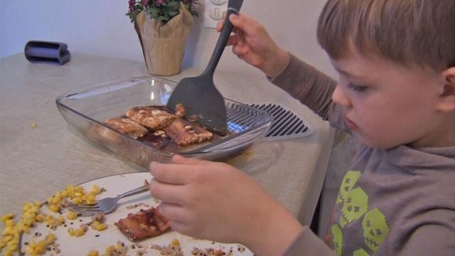 FDA-CHILD-EATING-FISH-jpg.jpg_26596152
