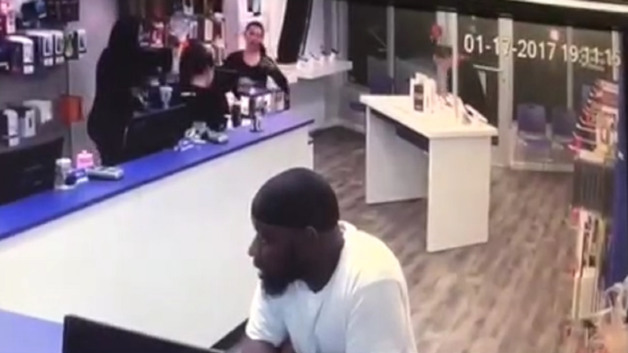 Man Snatches Iphone Plus From Metro Pcs Store In Miami