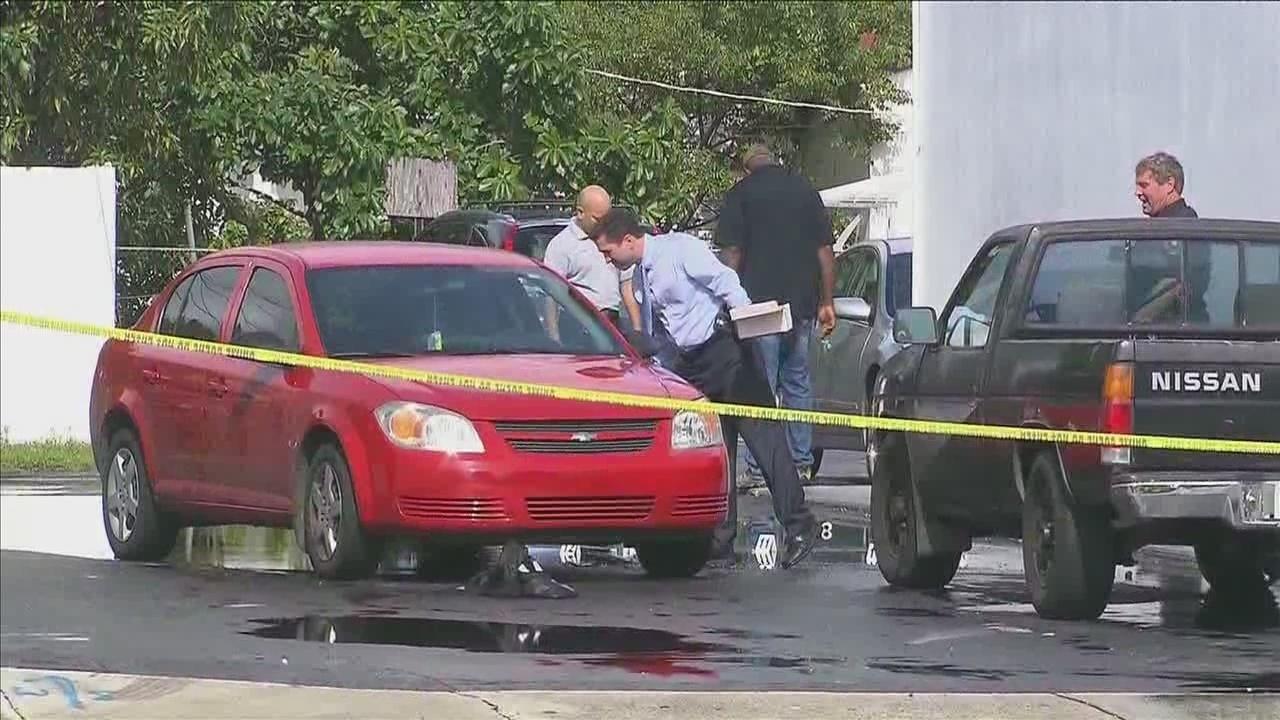 Carjacking suspects shoots 2 outside insurance company