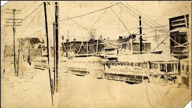 Streetcars_stranded_in_1913_Cleveland_blizzard