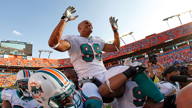Former Dolphins star Jason Taylor pursues, detains burglary suspect at…