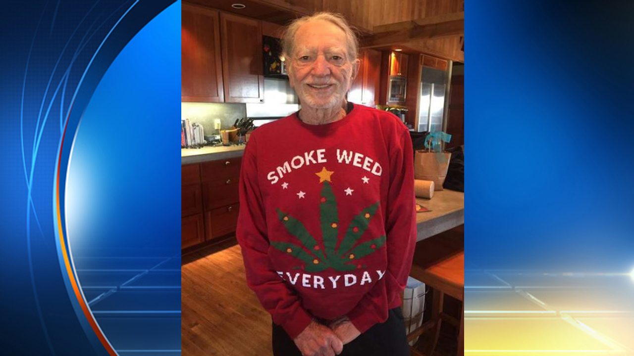 Snoop Dogg gives Willie Nelson 'Smoke weed everyday' Christmas...