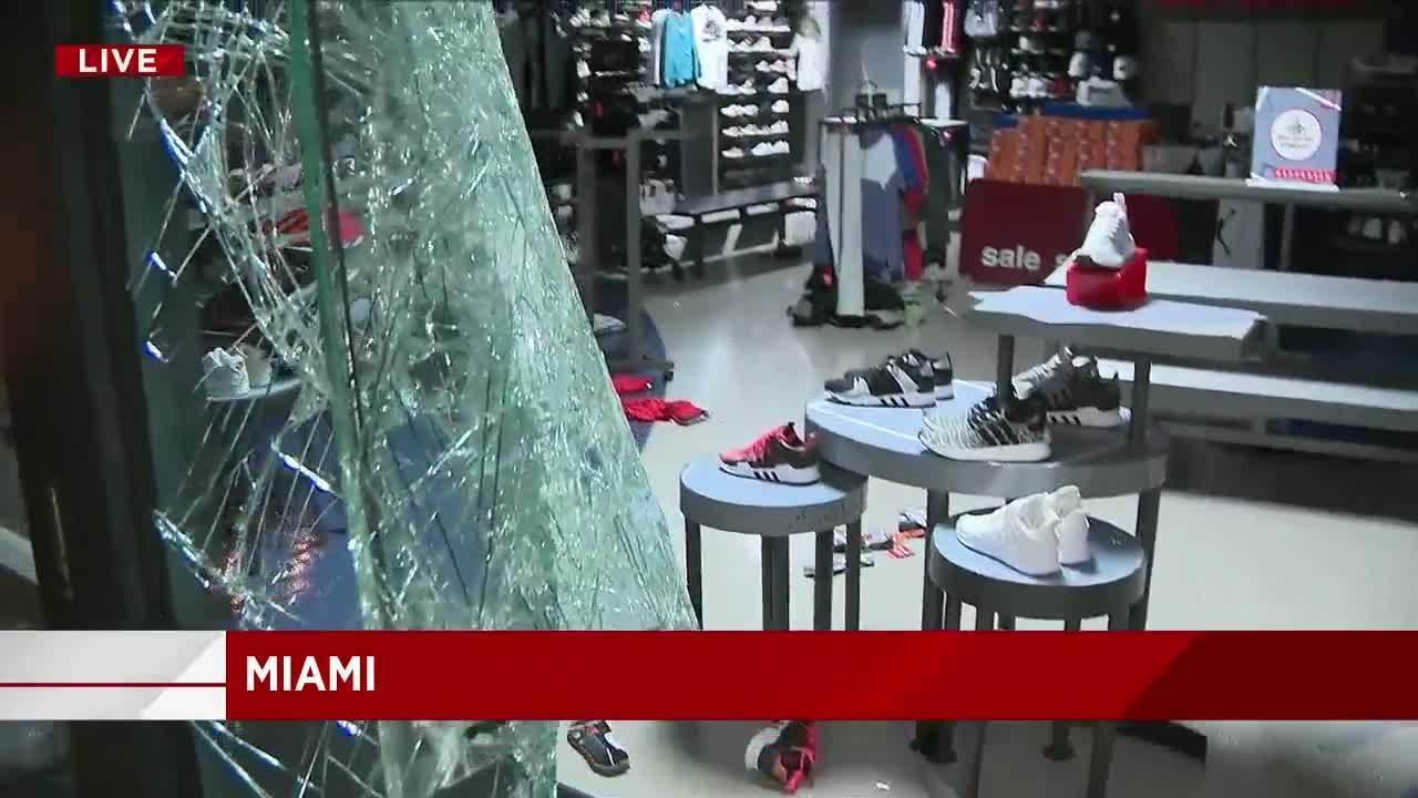 d8dd48b94f5 Video thumbnail for Police won t respond to broken window at Foot Locker