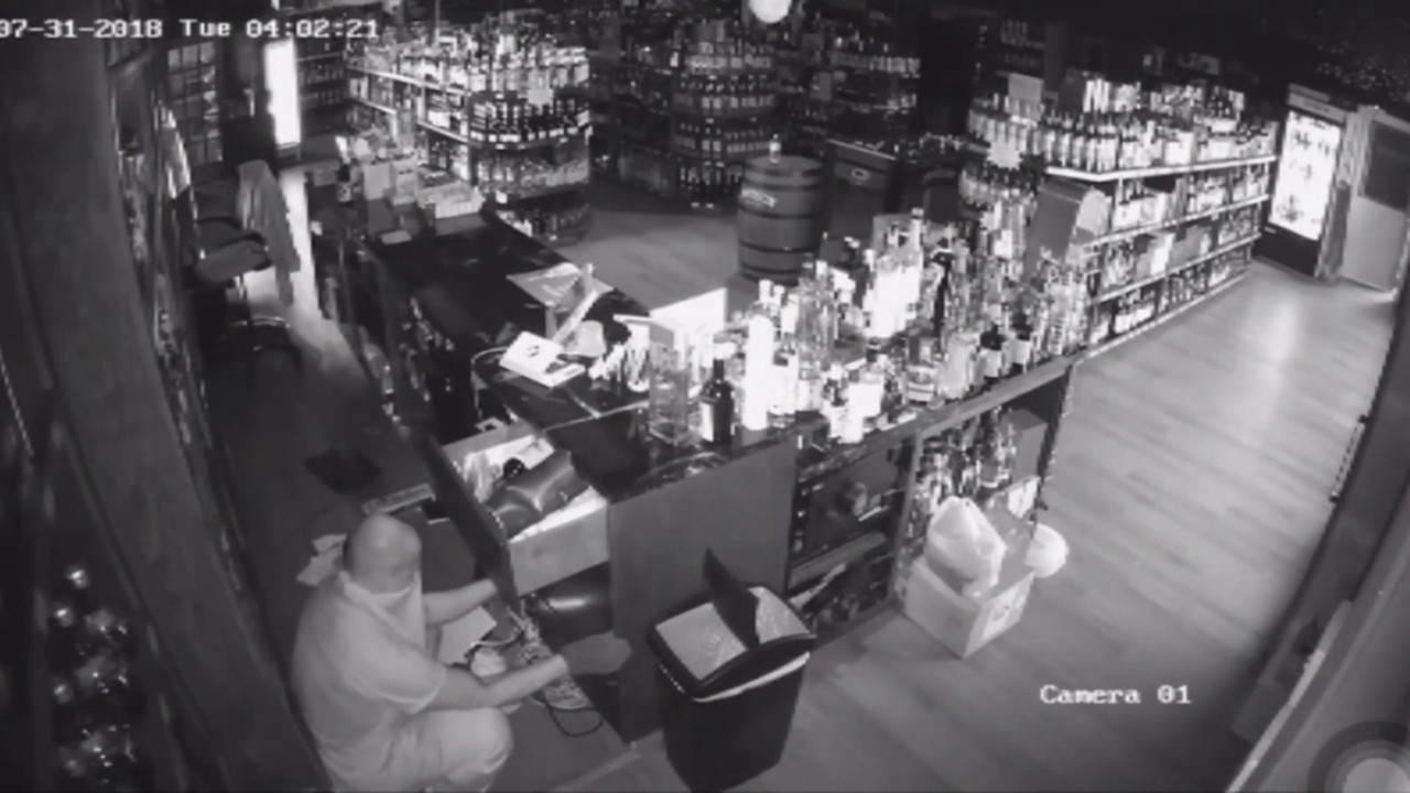 Thief caught on camera ransacking liquor store in Fort