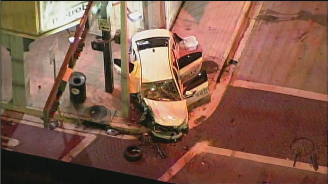 2 dead after car crashes into pole in downtown Miami