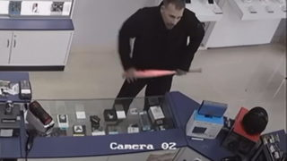 Video shows man robbing Fort Lauderdale cellphone store