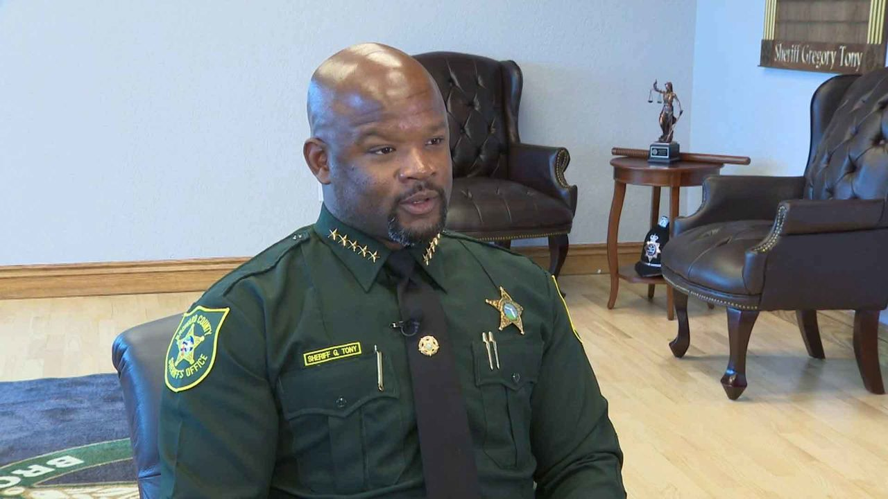 Broward County sheriff chases down shoplifting suspect