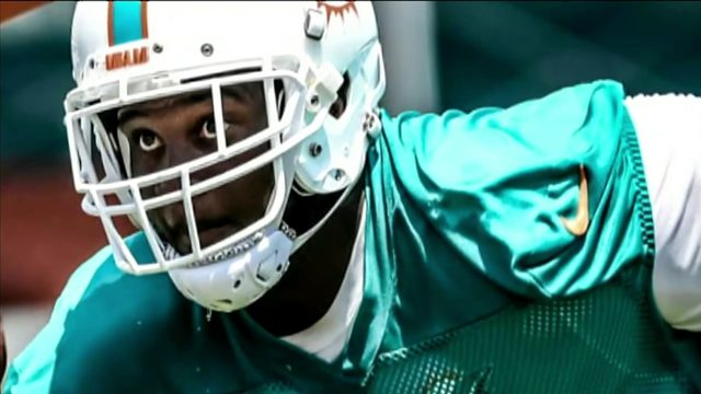 After left arm amputation, Miami Dolphins' player uses right arm to send message