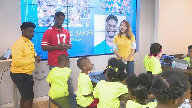 Dolphins linebacker Jerome Baker visits computer camp