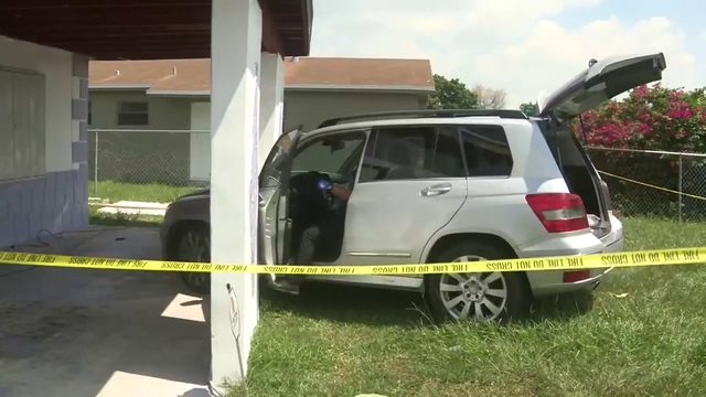 Driver ditches SUV after crashing into front porch of Fort Lauderdale home