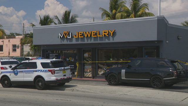 Masked men rob tie up clerk, rob Miami jewelry store