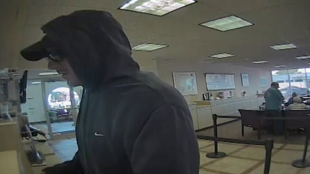 Man in sunglasses, hoodie robs BB&T Bank in Hollywood