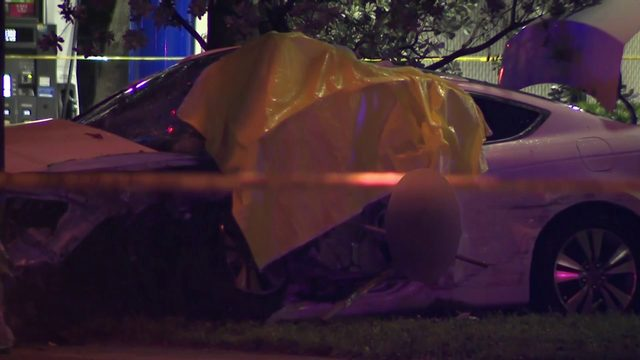 Driver dead after crashing car into light pole in Lauderhill