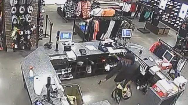 Armed thief robs Foot Locker store at Sawgrass Mills, FBI says