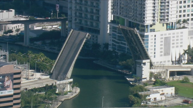 Malfunction closes 2nd Avenue Bridge in downtown Miami