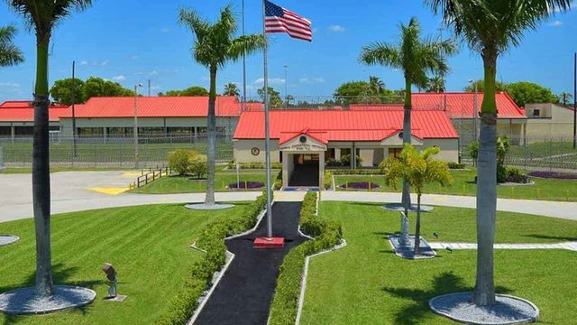 Federal corrections officer in Miami accepted money for bribes, feds say