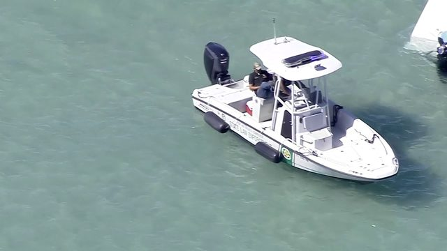 Crews searching for 2 missing boaters, 1 rescued by good Samaritan