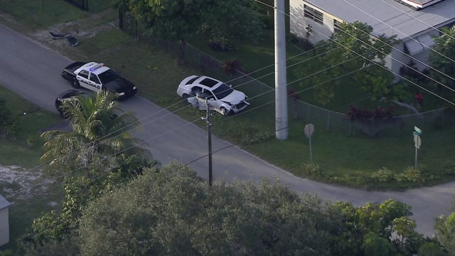 Police chase ends with driver ditching car in North Miami Beach